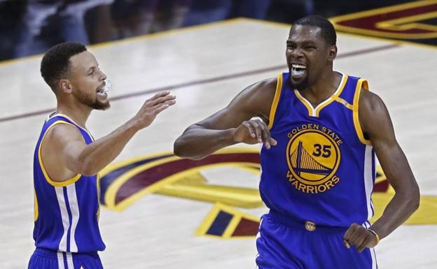 Kevin Durant (d) y Stephen Curry.