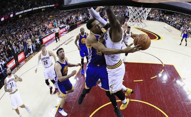 Shaun Livingston y LeBron James./Afp