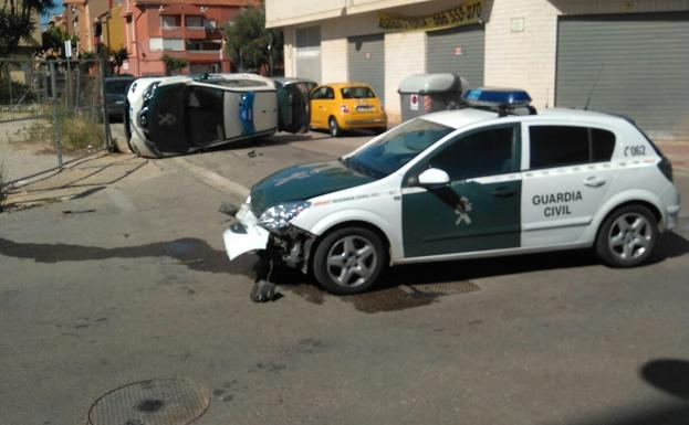 Dos coches de la Guardia Civil chocan en un servicio urgente