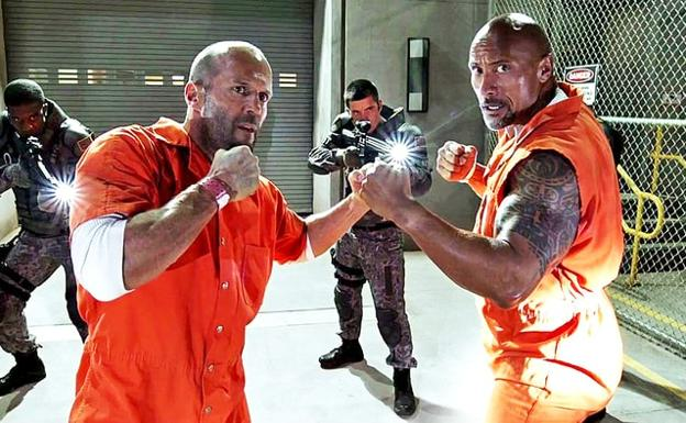 'The Rock' (d) y Jason Statham, en 'Fast & Furious'./