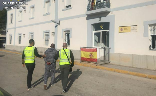 El detenido, custodiado por la Guardia Civil.