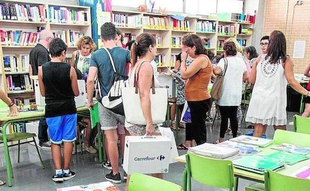Reparto de libros en un instituto alicantino.