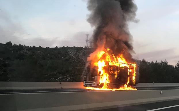 Un camión en llamas en la A-7 sentido Valencia, a la altura de Albaida./Prevenció d'incendis | Rafa