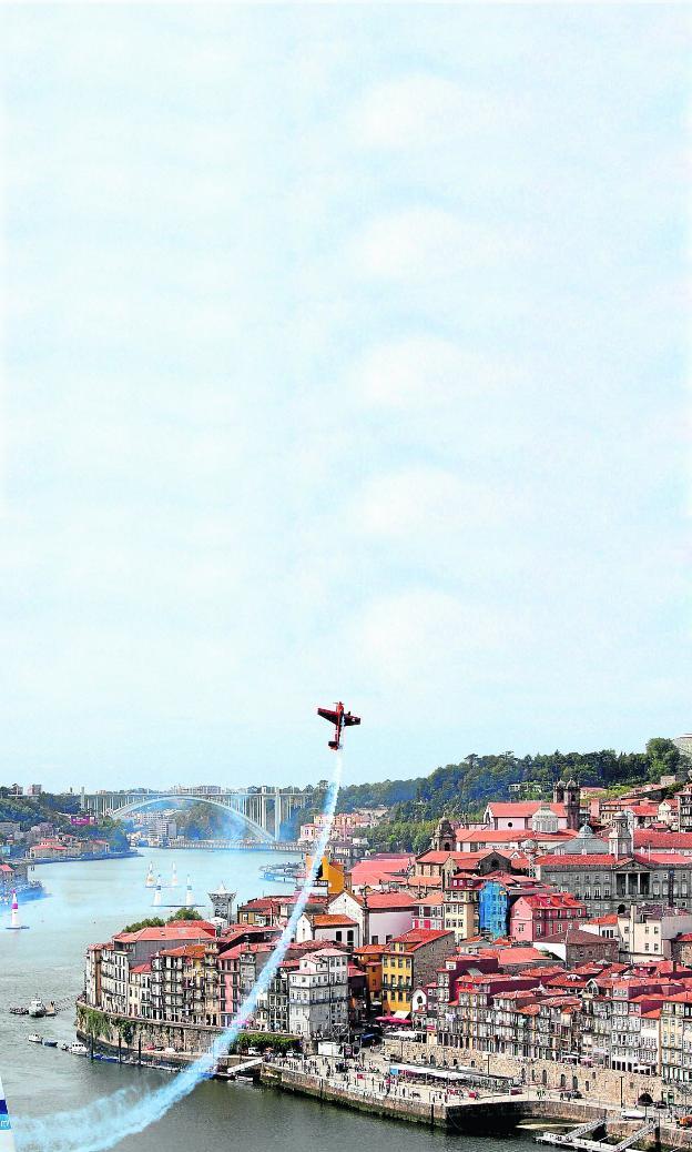 Una avioneta hace una espectacular acrobacia sobre el río Duero 088b404b243