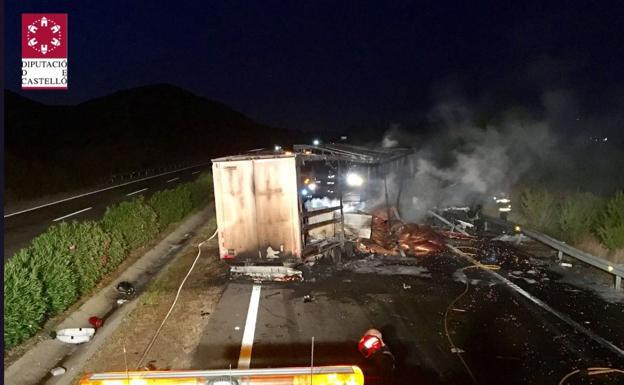 Bomberos trabajan apagando el incendio de uno de los camiones./Consorcio Provincial de Bomberos de Castellón