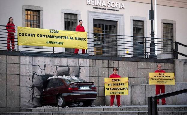 034b6c5cf28a Acción de protesta este jueves de Greenpeace en la fachada del Museo  Nacional Centro de Arte