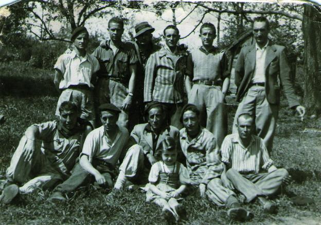 César Orquín, de pie, el primero a la derecha,  con un cigarrillo entre los dedos. / lp