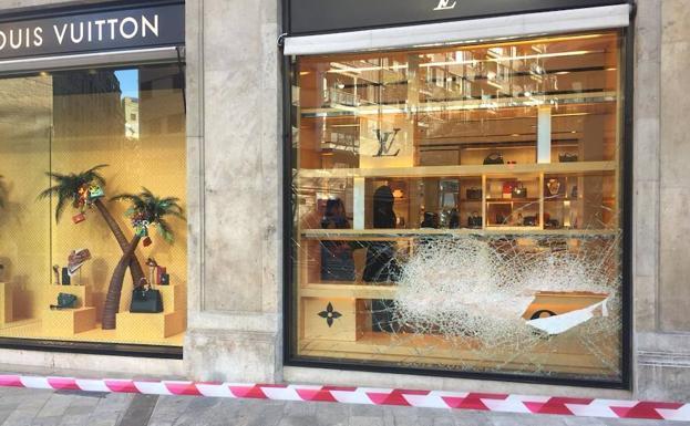 781a0eef1 Escaparate de Louis Vuitton en Valencia roto tras el robo.