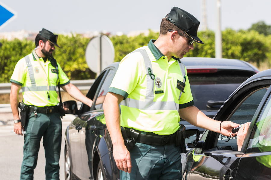 Un control de alcoholemia de la Guardia Civil de Tráfico. /Jesús Montañana