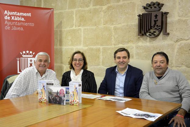 El edil Miragall junto a los representantes de la Penya La Burrera y el club ecuestre. / LP
