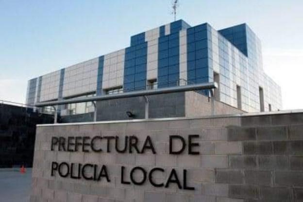Las dependencias policiales y detalle de una gorra y unas botas deterioradas. / lp