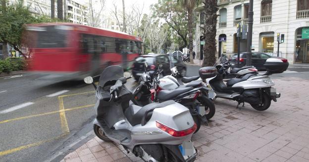 Motocicletas y scooters estacionados en la Gran Vía Marqués del Turia. / d. torres