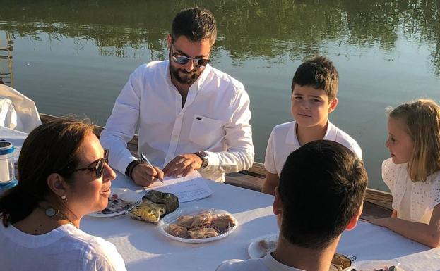 El artista Vicente Domínguez firma con los representantes infantiles la falla 2020 de Joaquín Costa-Burriana.