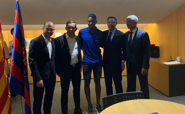Junior Firpo junto a Josep Bartomeu./Media Base Prensa