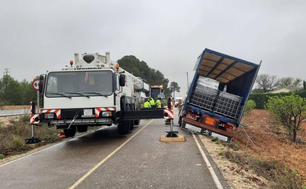 Accidente de un camión con 7.000 litros de líquido inflamable en la CV-6401 en l'Olleria