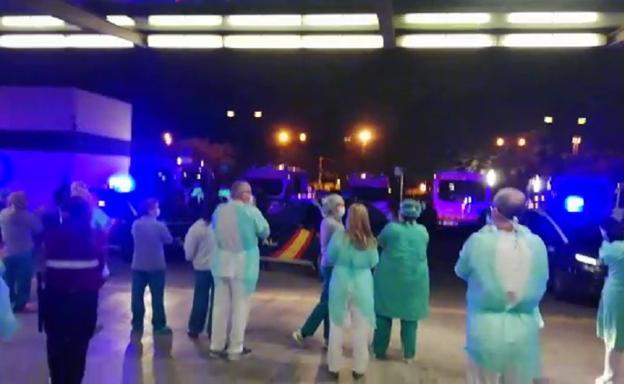 Emotiva ovación en La Fe de Valencia entre sanitarios y policías por la crisis del coronavirus