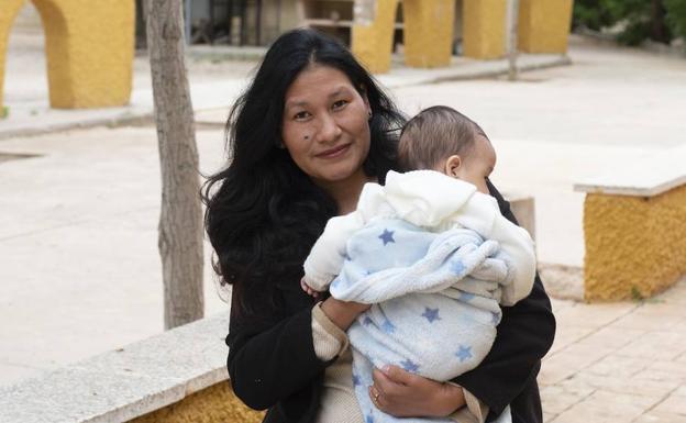 Alison R., con su bebé, ambos curados.