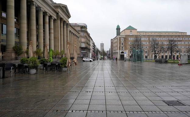 Una vista de la calle desierta de Koenig durante la pandemia de coronavirus en Stuttgart