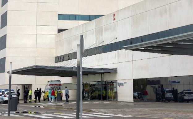 Chequeo a los hospitales valencianos: Médicos sin mascarilla y petos con bolsas de basura