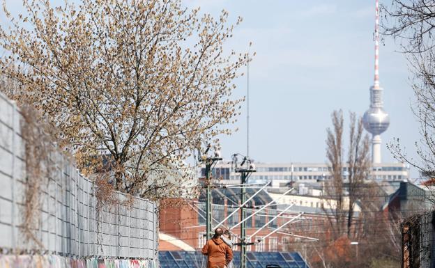 Una pareja paseando por las calles de Berlín este martes