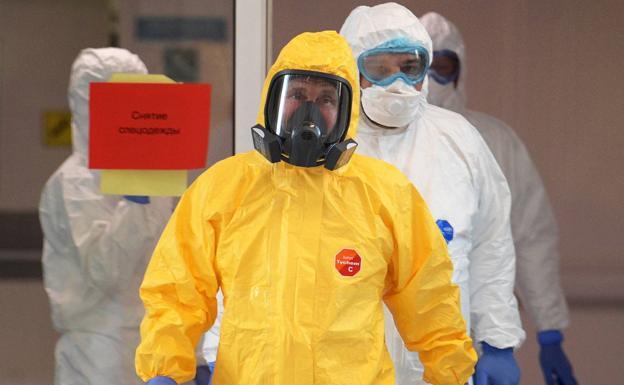 Vladimir Putin en un traje protector durante su visita a un hospital con pacientes de COVID-19