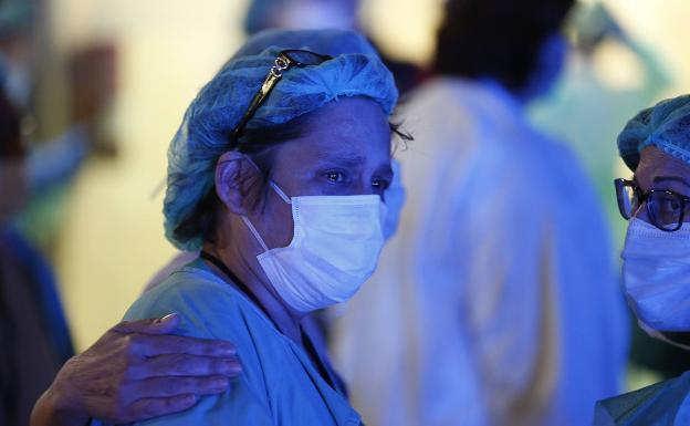 Sanidad cierra centros de salud mientras descarga en los médicos de familia la primera atención de los infectados por Covid-19