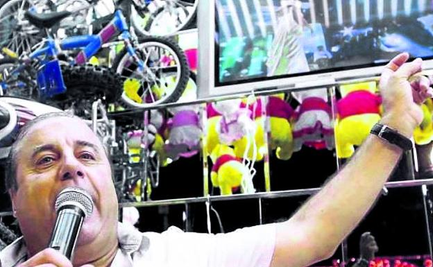 Valencia. José Antonio Monterrubio canta los números desde la tómbola 'El Terremoto'.