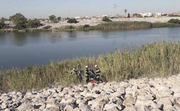 Una mujer herida tras chocar su coche con un camión y caer a la orilla del río Turia