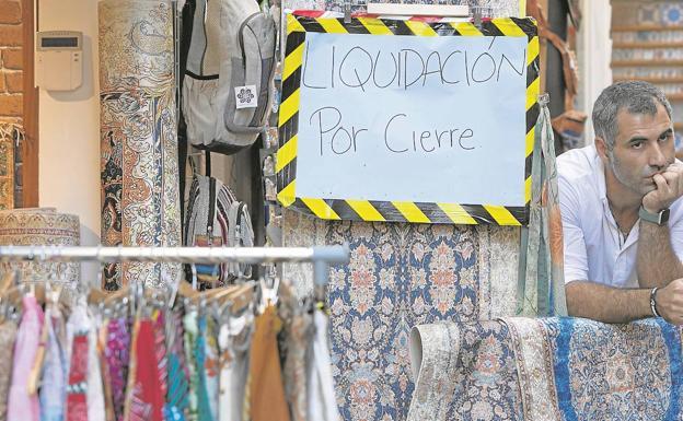 Vedat Vardar, junto a su tienda de venta de alfombras, en la calle Derechos.