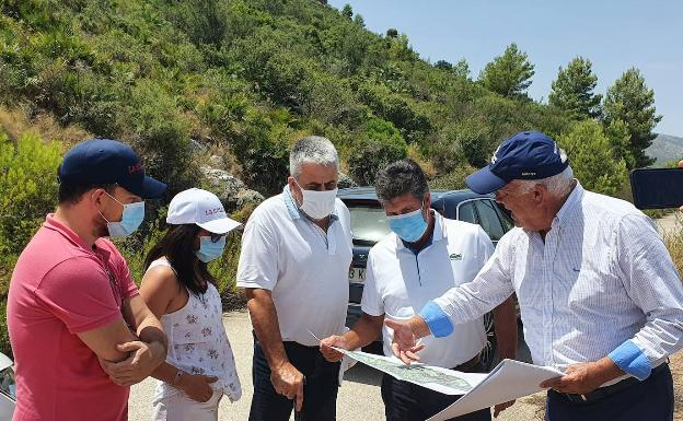 Olazábal visits the area where the Pego Golf will be located, together with Bañó and the town councilors of Pego.