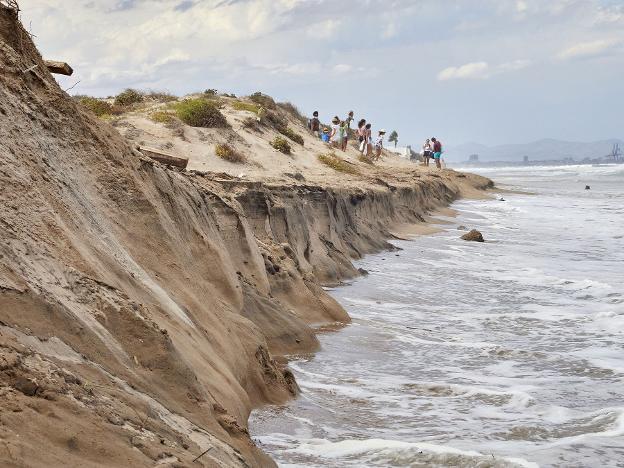 Erosión ayer en la playa de la Garrofera, en el parque de la Albufera. iván arlandis/