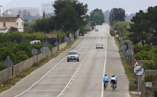 La DGT aclara cómo hay que adelantar a los ciclistas en un tramo de línea continua