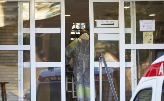 Un sanitario, durante la pandemia en Valencia/IVAN ARLANDIS
