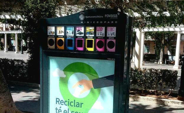 Punto para reciclar en Alzira. /lp
