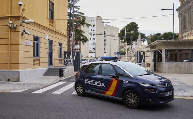 Un vehículo de la Policía Nacional sale del complejo de Zapadores. /IVÁN ARLANDIS