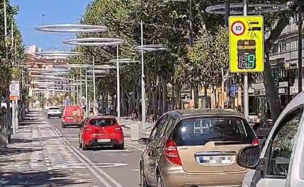 Varios vehículos circulan a menos de 10 kilómetros por hora por la Avenida Mediterráneo./ LP