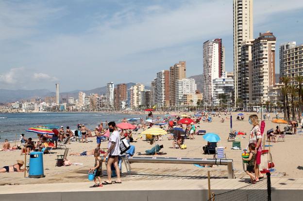 Decenas de turistas disfrutan de un día soleado en la playa de Benidorm. TIno calvo/