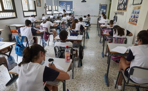 Alumnos en un aula del colegio San José de la Montaña de Cheste, durante el pasado curso escolar. /iván arlandis